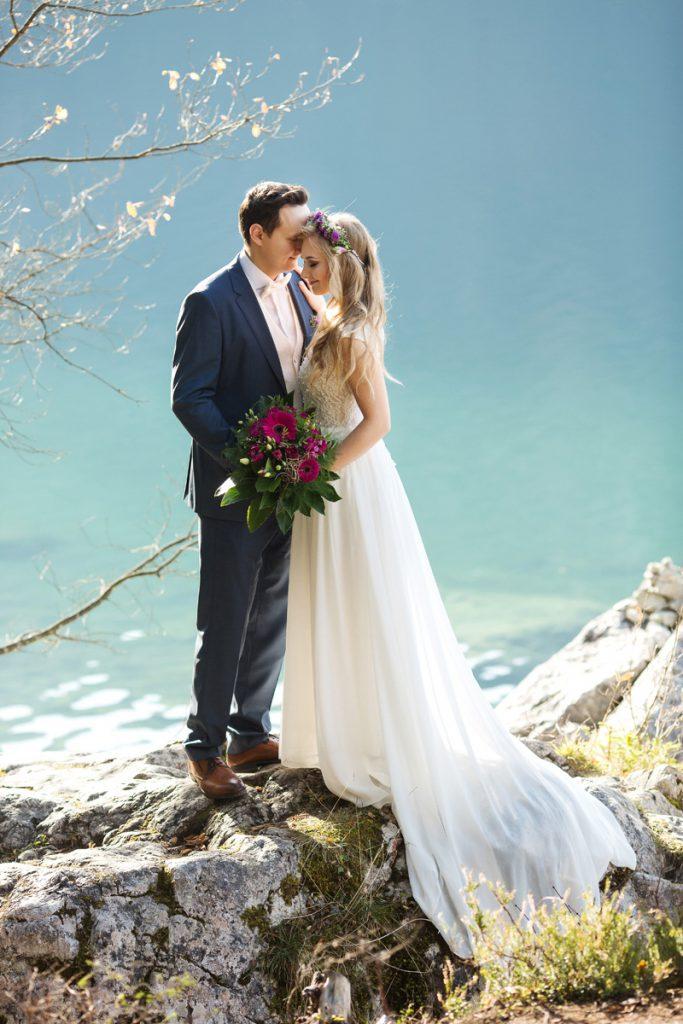 Hochzeitsfoto mit Brautpaar am See